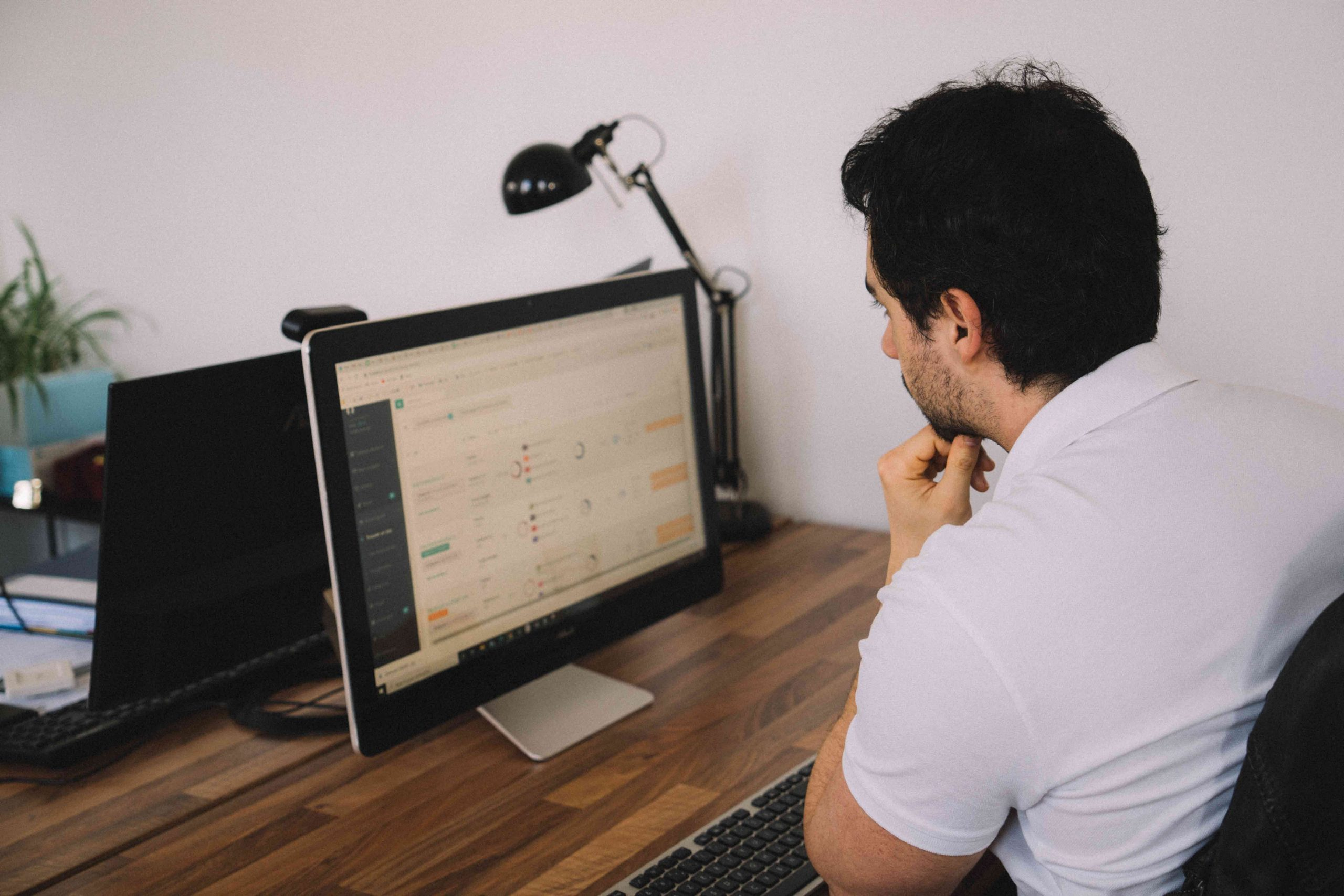 Samuel en train de travailler le référencement d'un site e-commerce.